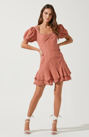 Pink Flare Dress - Brunch is all about dressing light without compromising on style, and this dress achieves both of those. It lays emphasis on a neatly tailored square neckline.